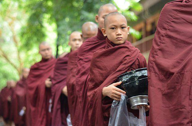almuerzo de los monjes budistas
