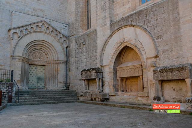 plaza mayor e iglesia de santa maria de vallbona
