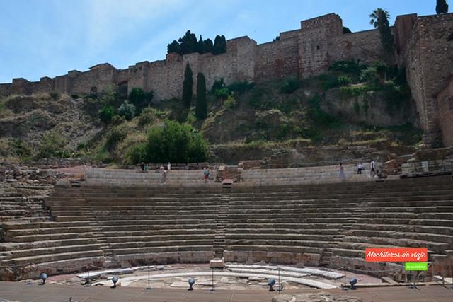 teatro romano con la alcazaba de fondo